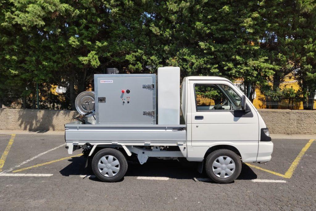 Vue latérale du skid de lavage haute pression sur Piaggio essence eau chaude